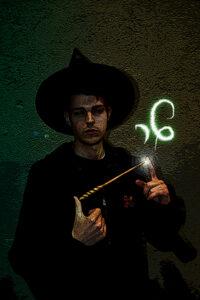 Foto de joven mago Harry lanzando un hechizo.